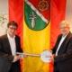 Gerhard Schemmel übergibt symbolisch den Schlüssel für das Rathaus
